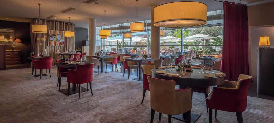 Nyd dejlig mad og drikke med hotellets varierede morgenbord, gourmet til aften og et stort udvalg af vin og drinks.