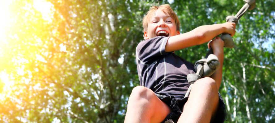 Tag med familjen till Sörbybacken där ni bland annat kan testa på klättring, zipline och fotbollsgolf.