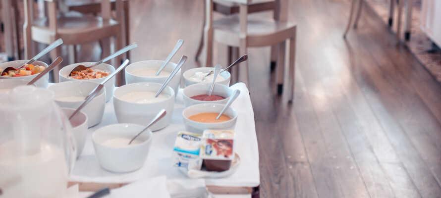 Frokosten inkluderer både varme og kalde retter med nybakt brød og croissanter, eggerøre og fersk frukt.