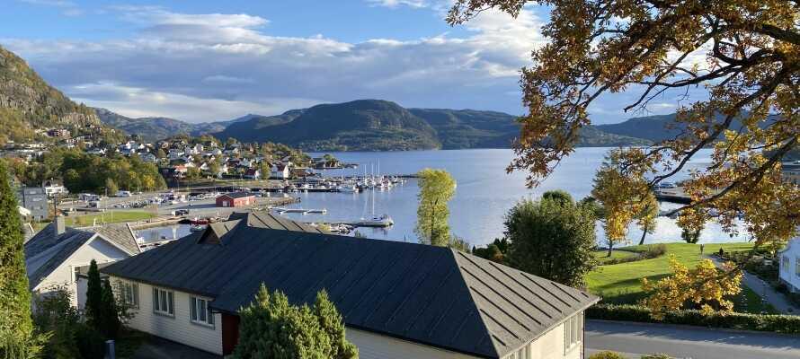 Det historiske Verkshotellet har en praktfull beliggenhet i Jørpeland, med utsikt over sjøen.