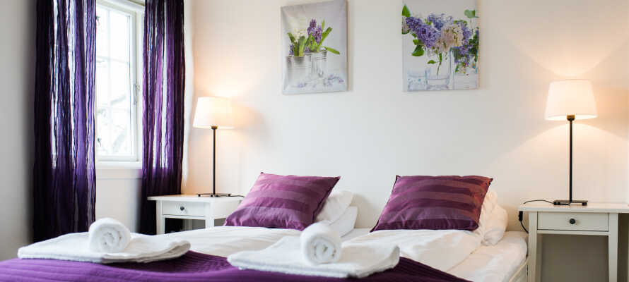 I bor på hyggelige, renoverede værelser som giver jer god komfort under opholdet.
