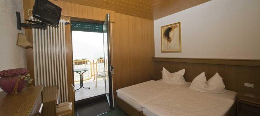 I bor på hyggelige dobbeltværelser, som alle har egen terrasse og udsigt over søen og landskaberne.