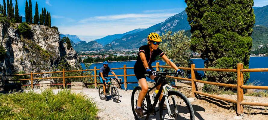 Gardasøen byder på ideelle forhold for vandsport og badning, og bjergene i baggrunden indbyder til vandre- og cykelture under en aktiv ferie.