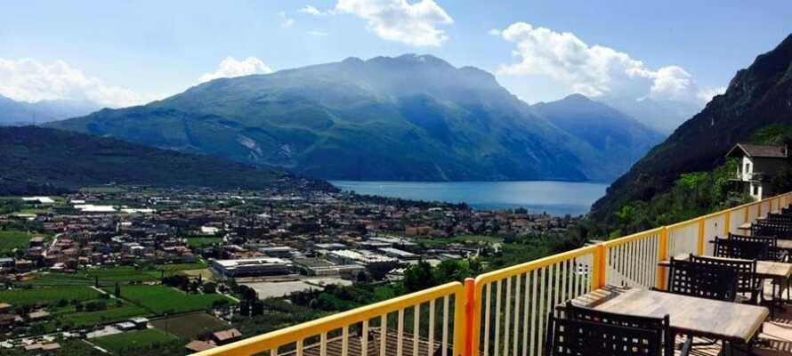 Hotellet ligger hævet over byen, og tilbyder alletiders udsyn over Gardasøen og de omgivende landskaber.