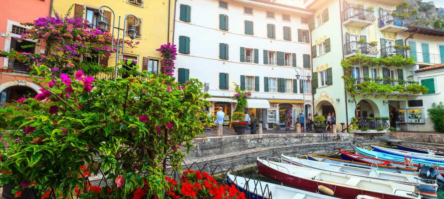 Udforsk Riva del Garda og besøg smukke og spændende byer, såsom Malcesine og Limone sul Garda.