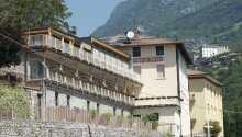 Hotellet ligger lige nord for den populære by, Riva del Garda, omgivet af skøn natur, kunst og historie.