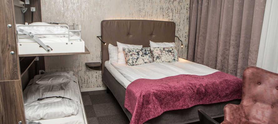 Der er både enkeltværelser, dobbeltværelser og familieværelser med plads til op til fire personer til rådighed.