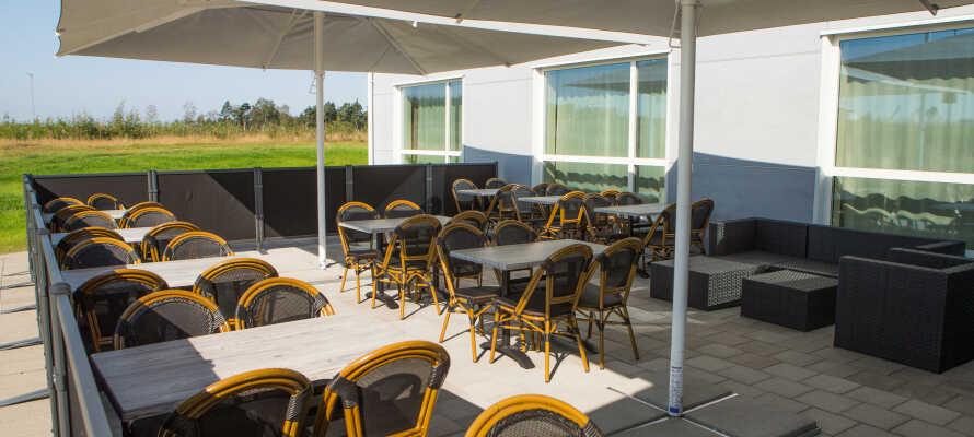 Nyd en forfriskning i hotellets bar eller udenfor når vejret er godt.