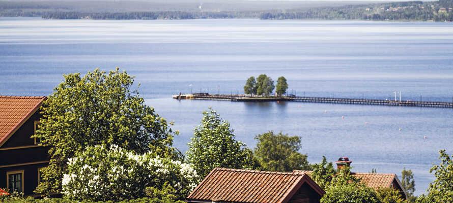 Fra hotellet er der en skøn udsigt til Siljan-søen, hvor det også er oplagt at nyde strandlivet om sommeren.