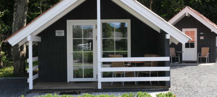 I bor i hyggelige og moderne feriehytter, alle private med stue, køkken, bad og toilet.