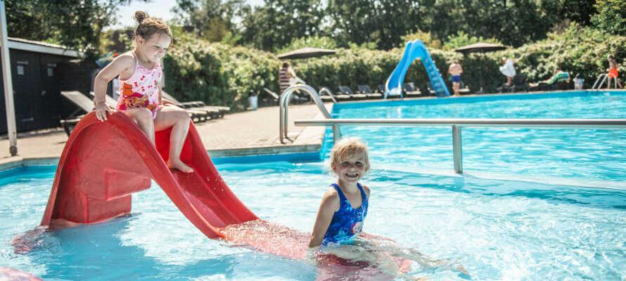 När vädret tillåter kan ni njuta av sol och bad vid campingens uppvärmda simbassäng.