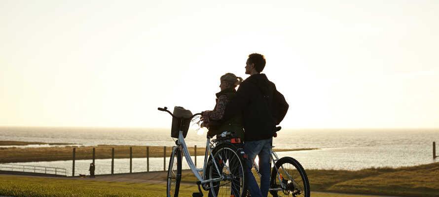 Närområdet bjuder dessutom på goda förutsättningar att tag er ut på både vandring och cykling.