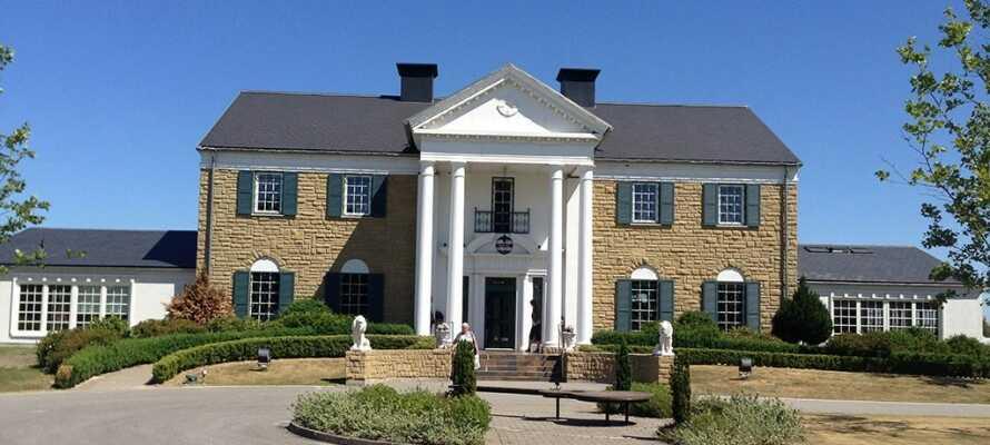 Besøk det unike Elvis-museet Memphis Mansion, hvor den inkluderte maten nytes i den amerikanske dineren.