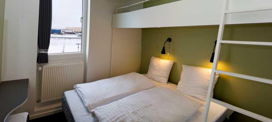 I bor på pæne, rene, enkle og komfortable værelser som tilbyder plads til op til fem personer.