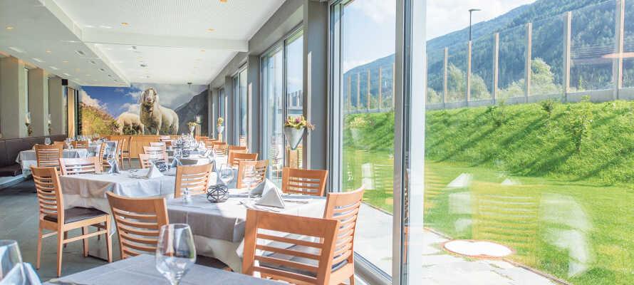 Restauranten serverer middelhavsretter og internationale retter i hyggelige, alpine rammer.