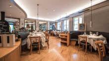 Hotellets restaurant byder på middelhavsretter i alpine omgivelser.