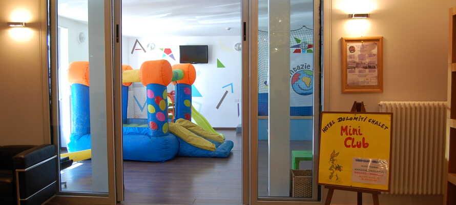 Hotellet tilbyder både særlige børnemenuer, mini club og underholdning for de mindre gæster.