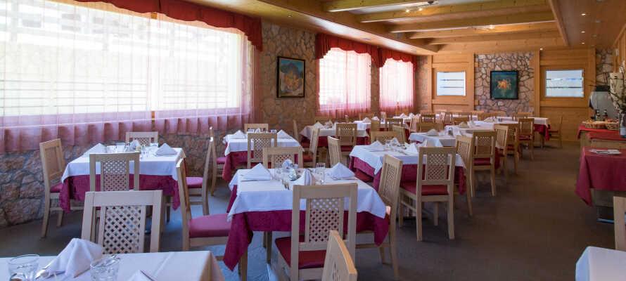 Hotelpakken inkluderer masser af dejlig mad og drikke både morgen, middag, eftermiddag og aften.