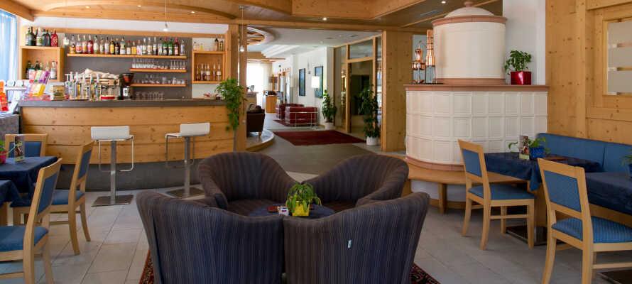 Hotellet er innredet i en sjarmerende alpestil som gir en varm og innbydende atmosfære.