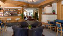 Hotellet är inrett i en klassisk alpstil och bjuder på en varm och inbjudande atmosfär.