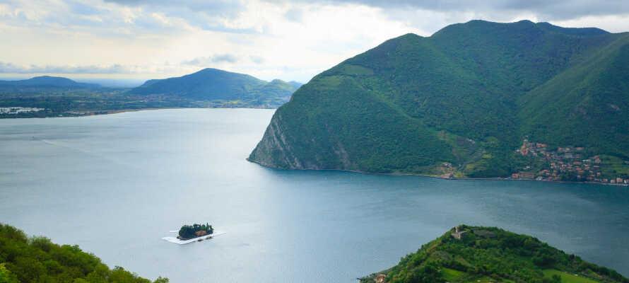Nyd en bådtur til Monte Isola, også kendt som Montisola - Sydeuropas største ø, beliggende i en sø.