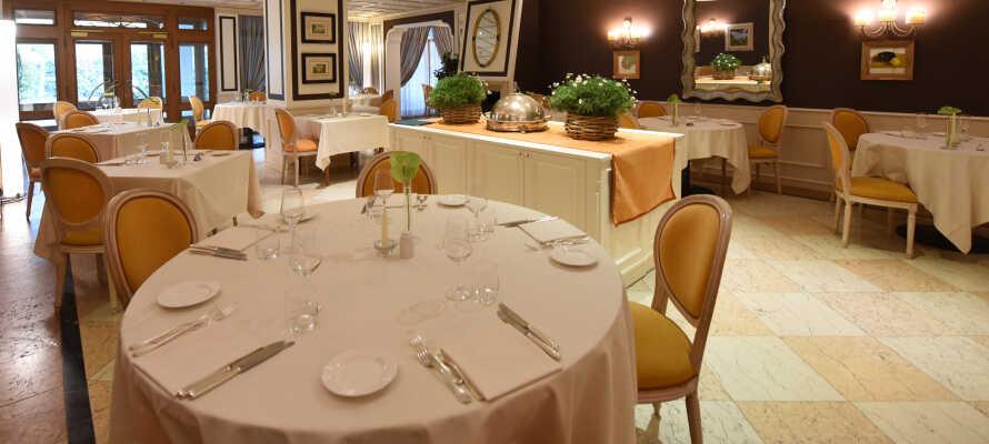 Om aftenen kan I nyde udsøgt mad fra hotellets raffinerede køkken, med fokus på lokal tradition.
