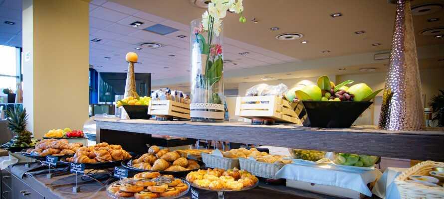 Start dagen med dejlig morgenmad i de flotte omgivelser, og om aftenen er der en udsøgt middag i vente.