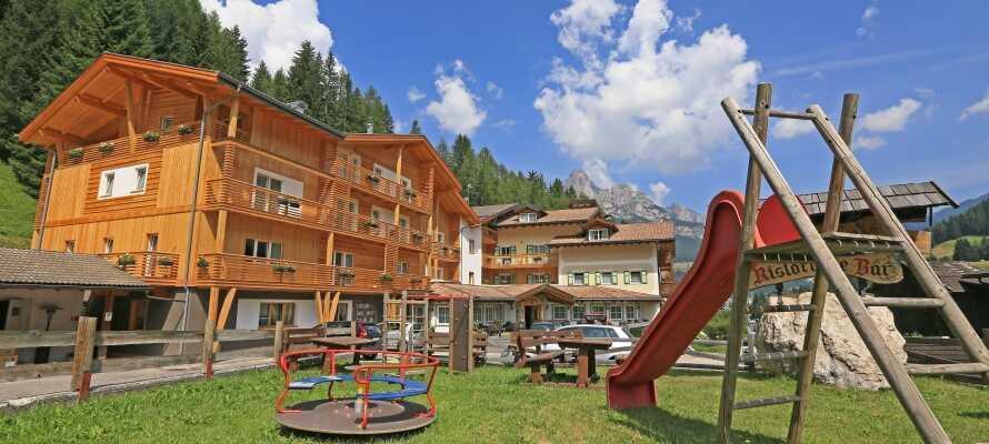 Nyd et herligt ophold på det 4-stjernede Dolomites Hotel Valacia, som har en skøn beliggenhed i hjertet af Val di Fassa-dalen.