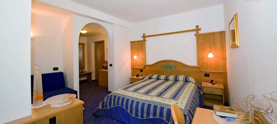 I bor på rummelige og komfortable værelser, som er indrettet med smagfulde detaljer.
