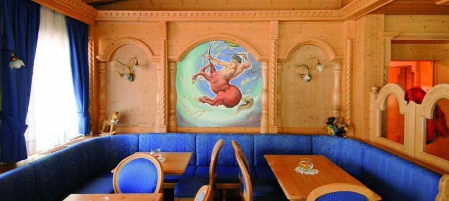 Om aftenen serveres udsøgte retter, tilberedt af regionale produkter i hotellets smukke Ristorante La Stua De Jan.