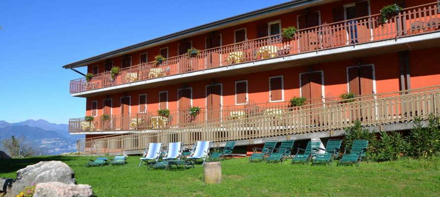 Nyd vejret i hotellets egen have eller med en forfriskende drink på terrassen.