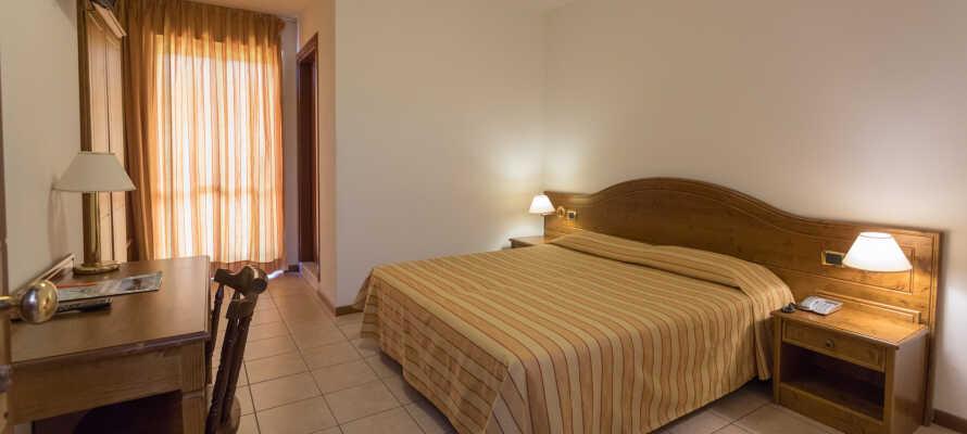 Hotellets værelser giver jer enkle rammer under ferien, og har alle egen balkon.