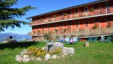 Hotel Belvedere ligger ed Monte Baldo, i San Zeno di Montagna, og har egen have og terrasse hvor I kan nyde solen.