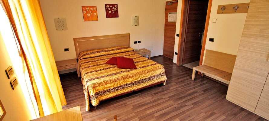 Hotellets værelser tilbyder rummelige og komfortable rammer for jeres ophold.