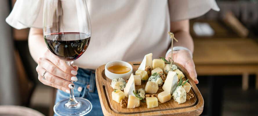 Opholdet inkluderer en vinsmagning med tre forskellige vine, samt bacon og ost. (ved køb af min. 7 nætter)