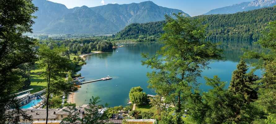 Besøg den private strand ved Levico-søen, hvor hotellets gæster får rabat på indgang og leje af liggestole og parasoller.