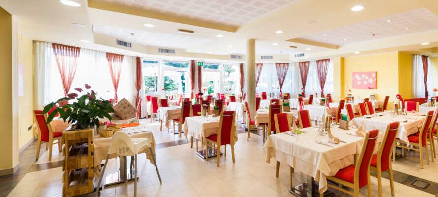 Hotellet har fokus på økologi og anvendelsen af lokale råvarer, hvilket både kommer til udtryk ved morgenmaden og aftenmåltidet.