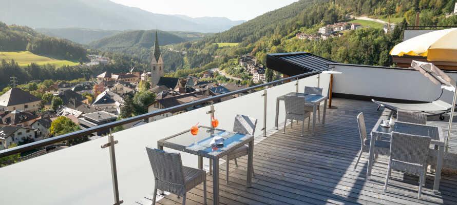 Fra hotellet har I alletiders udsigt over Mühlbach og Dolomitterne.
