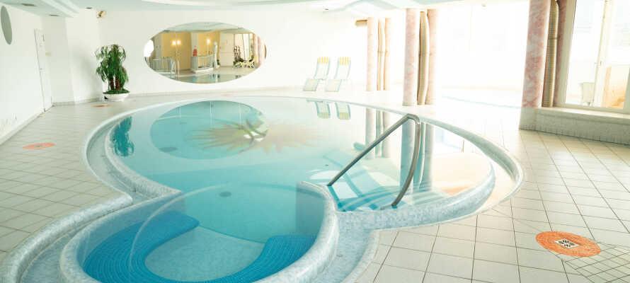 Slap af i hotellets smukke wellnessområde med sauna og pool.
