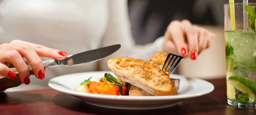 I hotellets restaurant kan I nyde en dejlig 3-retters menu med regionale og internationale specialiteter.
