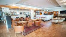 I lobbyen kan I nyde aftenerne med en drink i baren.