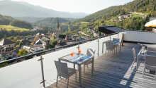 Hotellet ligger over Mühlbach, og tilbyder en fantastisk udsigt.