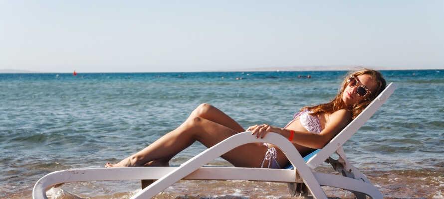 Som gæst hos Bibione Palace SPA Hotel kan I nyde livet på den private strand med liggestole og parasoller.