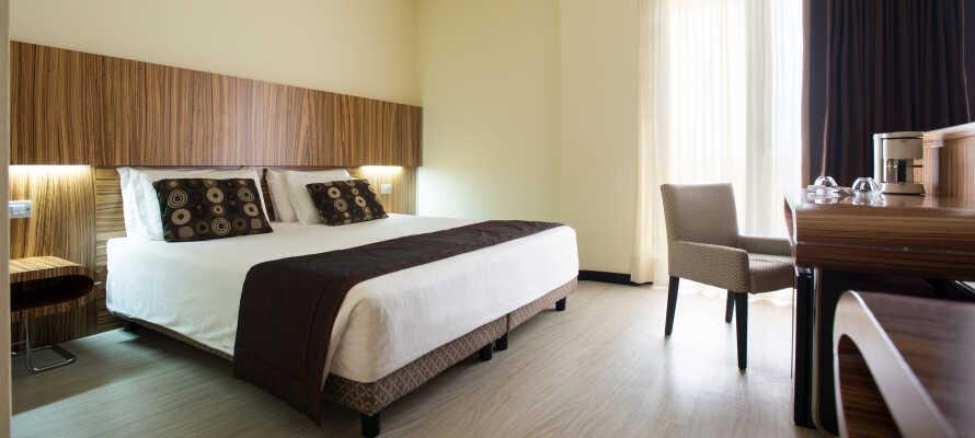 De flotte værelser er indrettet med moderne møbler, og har alle klimaanlæg.