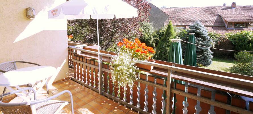 De fleste værelser har egen balkon eller terrasse med udsigt over haven.