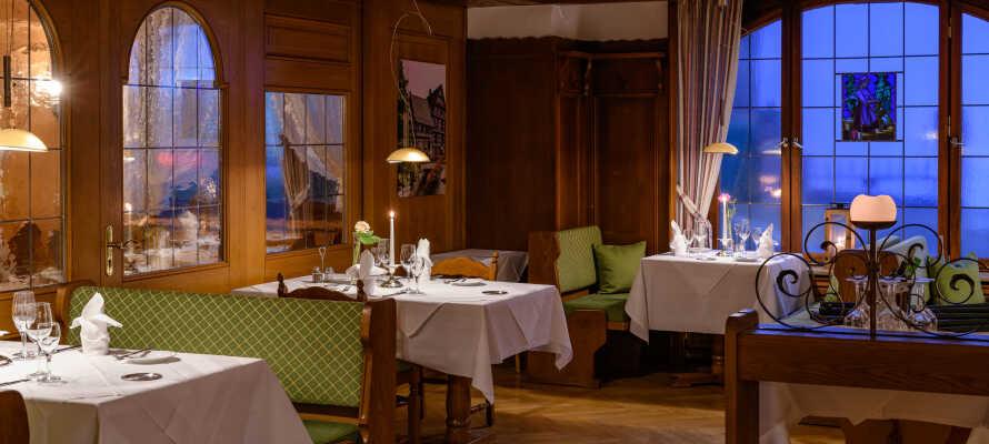 Hotellets restaurant byder på friske retter, tilberedt efter regionale opskrifter.