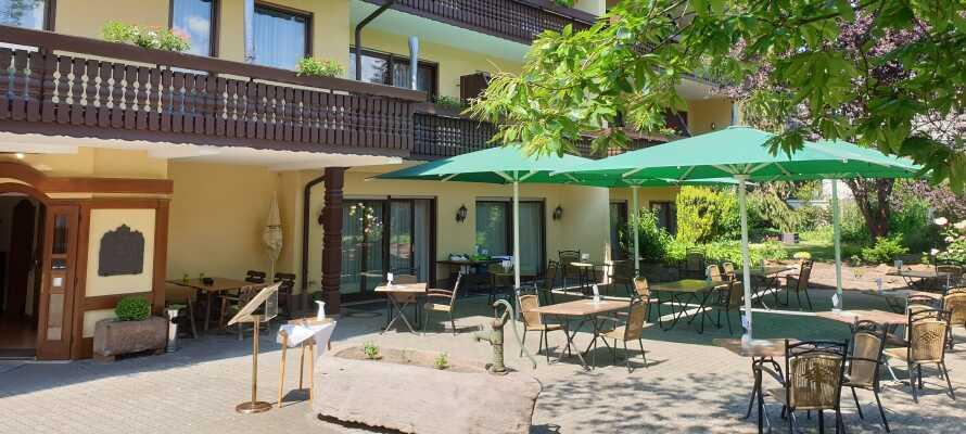 Når vejret er godt, er det oplagt at nyde ferielivet i hotellets hyggelige Biergarten.