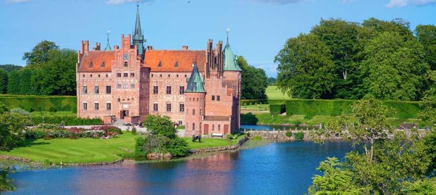 Om sommeren kan dere besøke det vakre Egeskov Slott på Fyn