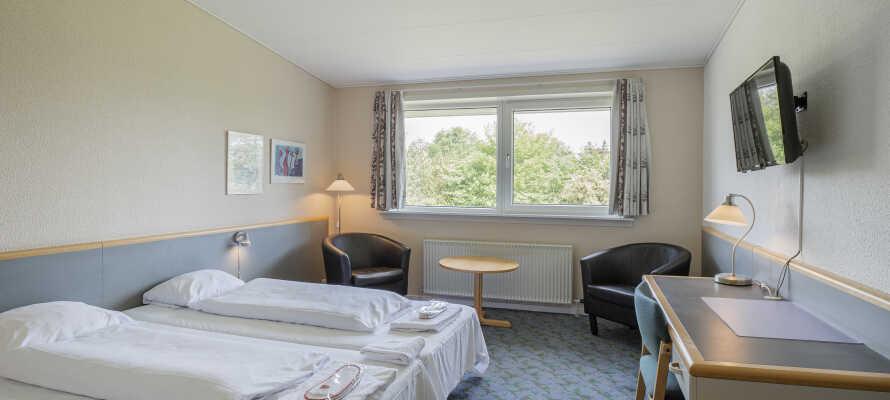 Slapp av på hotellets romslige og lyse rom etter en opplevelsesrik dag på Fyn