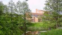 Kroen ligger i dejlige omgivelser i Vissenbjerg tæt på Odense